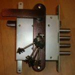 Почему важно заменить дверной замок в металлической двери на более надежный?
